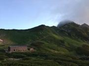 夜明けの剣沢小屋と稜線