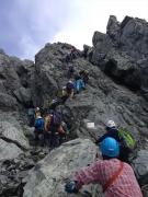 カニのタテバイを登る登山者の列