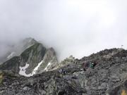 山頂直下から続く険しい稜線ルート