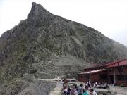 穂高岳山荘から登山道を見上げる