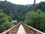 横尾大橋の吊り橋を渡る