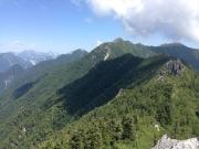 東沢岳から餓鬼岳縦走路眺望。途中に剣ズリ
