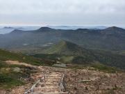 大岳直下の下りで岩手山、鳥海山遠望
