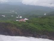 康ケルン先の雪渓上から七ツ釜小屋と祓川ヒュッテを見下ろす