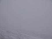 ガスの心字雪渓を進む夫婦(目視不能)