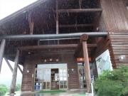 雨の中の家族旅行村管理棟