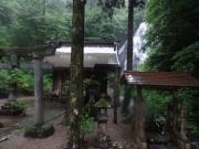 ロード歩きで出会った滝を祀る神社
