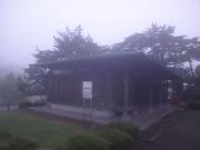 テントを張った舞鶴公園トイレ小屋
