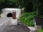 3度目の水場はトンネルを抜け祠の脇