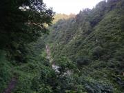 急斜面山腹に付けられた登山道