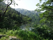 大鳥池越しに以東岳を眺望