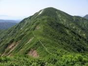 大玉山への道(中央鞍部に刈払い作業男性)