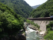 渓谷美と隣り合わせするトンネル