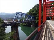 3本の橋が仲良く並ぶ川を渡る