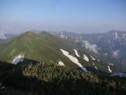 北俣岳から梅花皮岳、烏帽子岳、左奥が飯豊本山、中央に御西小屋、右奥が大日岳