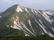 梅花皮岳への登り道で振り返る北股岳と梅花皮小屋