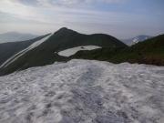 烏帽子岳に向かう雪渓、左奥は飯豊本山、右奥は大日岳