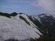 渡り終えた雪渓越しに烏帽子、梅花皮、北股岳を振り返る