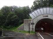 「野鳥の森トンネル」脇に歩行者道あるがトンネルを通る
