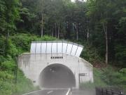 「桧原トンネル」はガスのため歩行者道を通る