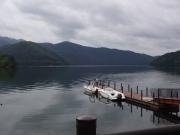 雨が止み凪の湖面の桧原湖で釣りをする人