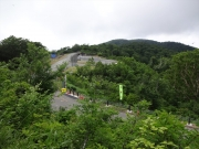 登り道から白布峠駐車場を見下ろす