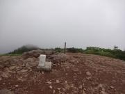 霧の中の西大巓山頂