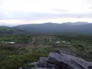 梵天岩から縦走路を眺望(中央に東大巓)