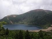 家形山過ぎの展望地から五色沼と一切経山を眺望