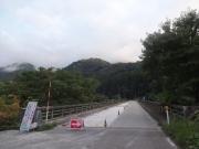 橋の工事地点を進む