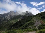 霧の切れ間から微かに剱岳方面眺望