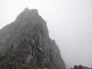 鎖と足場がシッカリした切立った登山路