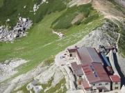 一の越山荘へヘリが荷下ろし中