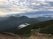 間山の山頂手前で立山、越中沢岳を振り返る