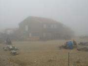 太郎平小屋はガスで視界不良