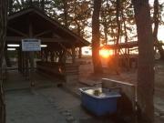 キャンプ場の炊事場・水場と夕陽