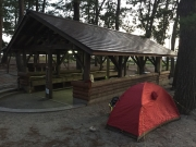 炊事場前にテント設営