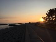 出発の時、海に月が沈み山に朝日が昇る