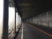 親不知トンネルを自転車旅行者が通過