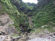 煉瓦トンネル出口の階段で海岸に降りる