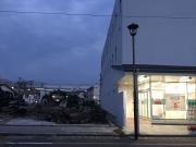 糸魚川大火後の再建銀行と火災跡地