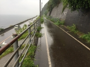 自転車道から国道8号と日本海を見下ろす