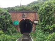 自転車歩行者専用トンネルを通過する