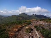 高田大岳山頂から小岳、八甲田大岳を眺望