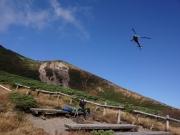 井戸岳の脇をヘリが降下中