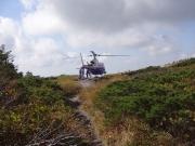 着陸したヘリに乗組員が乗る
