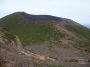 右下に不動平見下ろし、左上に岩手山頂を望む