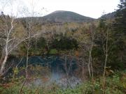 紅葉の御釜湖と岩手山