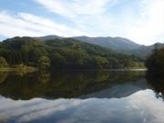 林道脇のため池越しに東岳を眺望