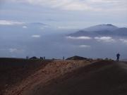 山頂お鉢の向こうに見えるは鳥海山
